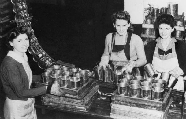 Женщины работают на фабрике по производству банок, Литон, Новый Южный Уэльс. Июнь 1943 г.