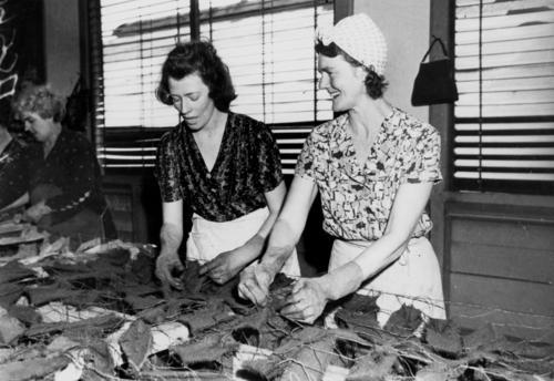 Женщины плетут камуфляжные сети для армии, Брисбен. Сентябрь 1942 г.