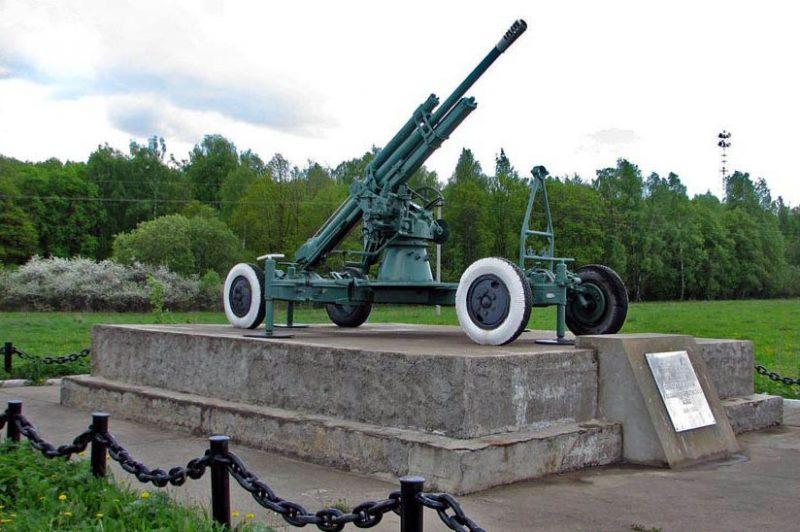 д. Тайдаково Ясногорского р-на. Памятник-пушка в честь 50-летия Победы, установленный в 1995 году.