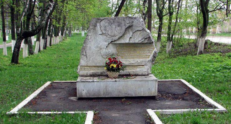 г. Ясногорск. Памятный знак по улице Советской, установлен на месте где размещался в декабре1941 года штаб Лаптевского боевого участка 154 стрелковой дивизии 50 армии.