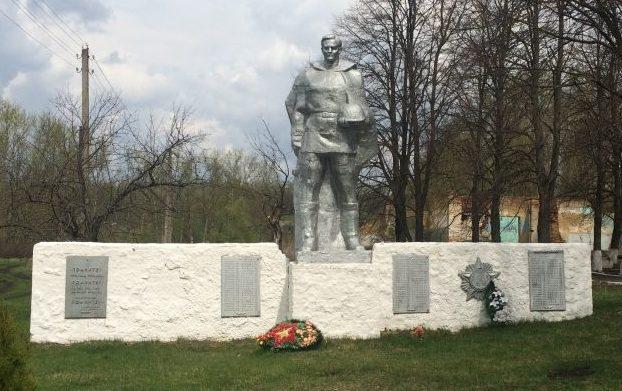 д. Баскаково Воловского р-на. Памятник, установленный на братской могиле, в которой похоронены советские воины, погибшие в годы войны.