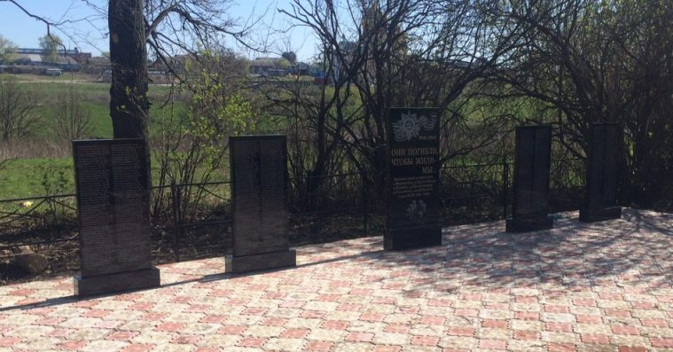 с. Верхоупье Воловского р-на. Памятник, установленный на братской могиле, в которой похоронены советские воины, погибшие в годы войны.