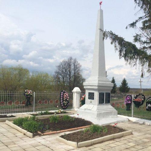п. Волово. Памятник на территория ж/д станции, установленный на братской могиле, в которой похоронены советские воины, погибшие в годы войны.