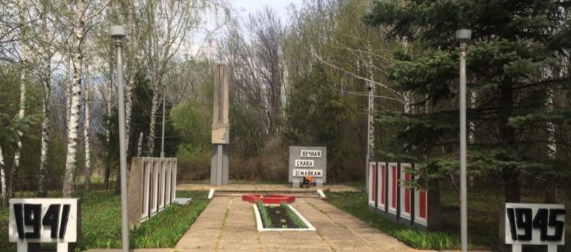 с. Истленьево Воловского р-на. Памятник, установленный на братской могиле, в которой похоронены советские воины, погибшие в годы войны.
