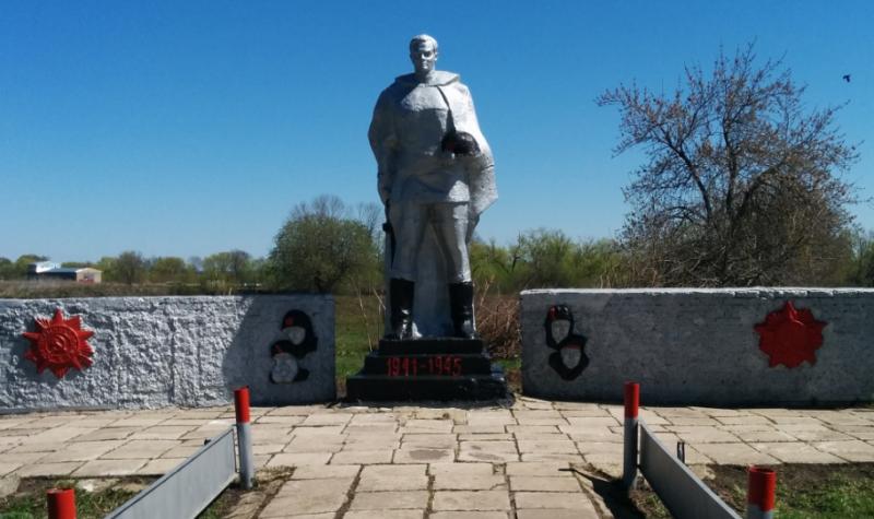 д.Красавка Воловского р-на. Памятник, установленный на братской могиле, в которой похоронены советские воины, погибшие в годы войны.