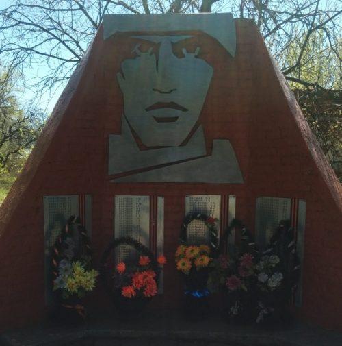 д. Красный Холм Воловского р-на. Памятник, установленный на братской могиле, в которой похоронены советские воины, погибшие в годы войны.
