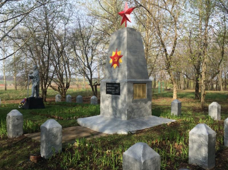 д. Сухие Плоты Воловского р-на. Памятник, установленный на братской могиле, в которой похоронены советские воины, погибшие в годы войны.