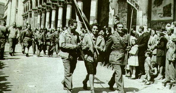 Парад партизан на улице Милана.