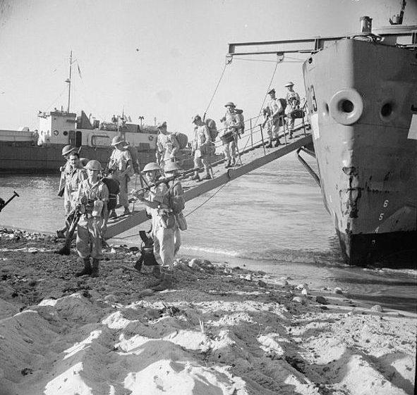 Британские войска десантируются на берег в Реджо.