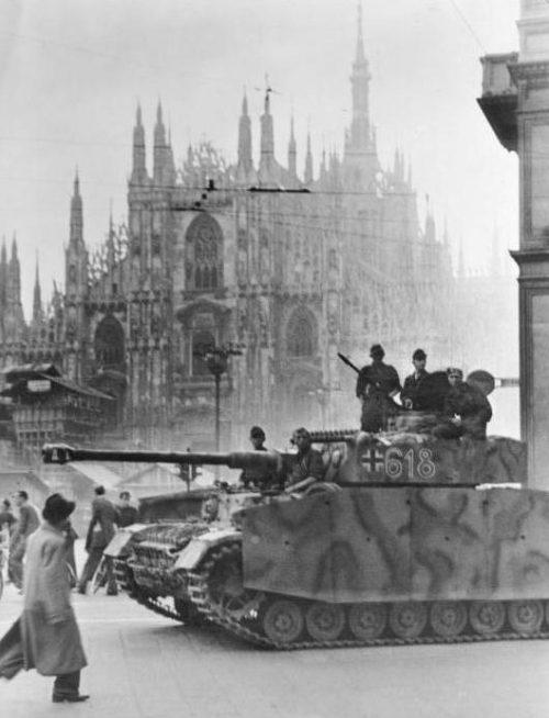 Танки лейбштандарта СС Адольфа Гитлера на Соборной площади в Милане.