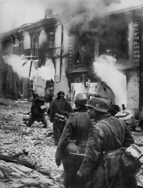 Оккупанты, уходя из города сжигали все горело.