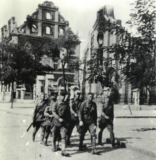 Воины-освободители на улице города.