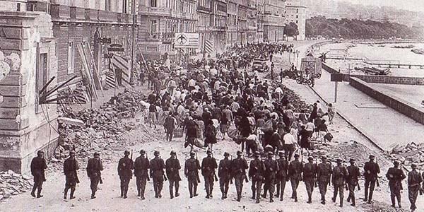 Немецкие войска удерживают протестующих горожан.