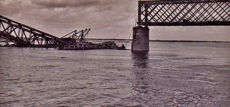 Разрушенный немецкой бомбой мост через Днепр. 21 июля 1941 г.