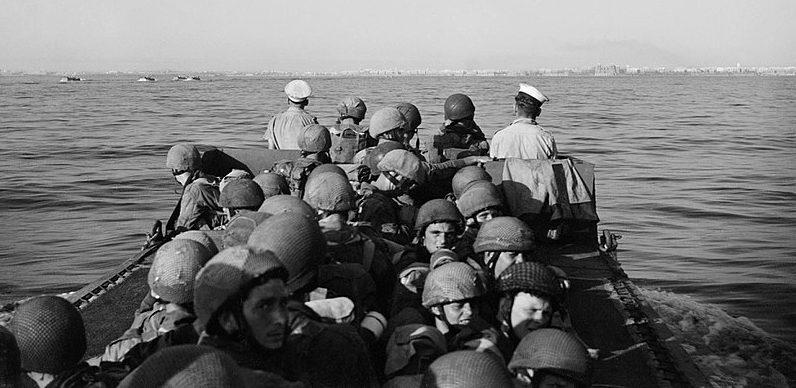 Парашютисты на десантном корабле у Таранто.