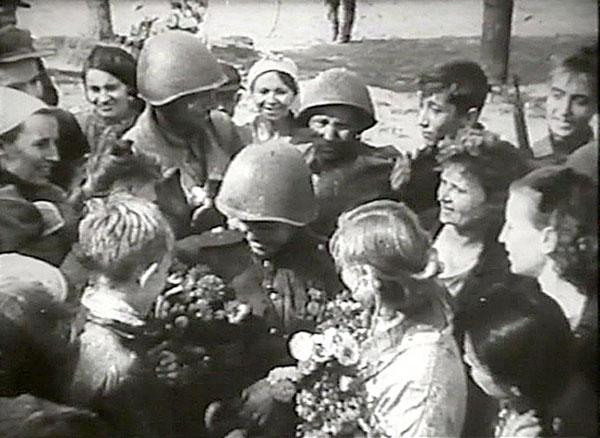Мариупольцы встречают освободителей.