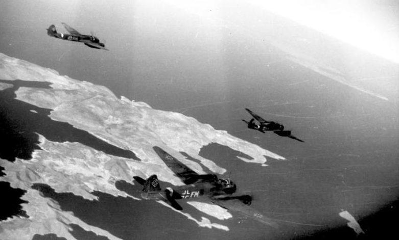 Немецкие бомбардировщики Junkers «Ju 88» направляются на Кос.