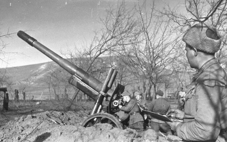 Советские артиллеристы ведут огонь в районе Новороссийска.