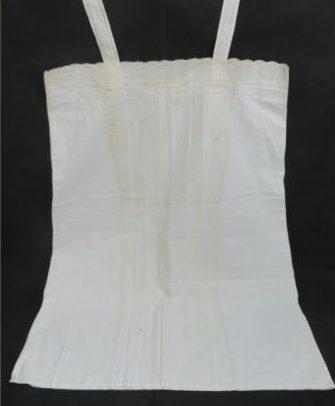 Ночная рубашка из белого кружева с личной монограммой Евы Браун.