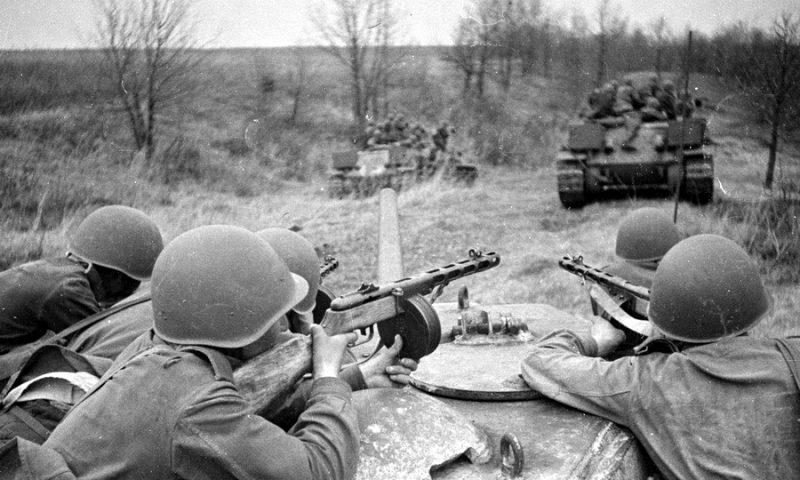 Советские танки в наступлении.
