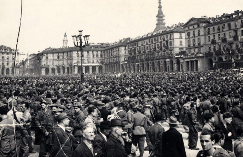 Парад освобождения на площади Витторио Венето. Турин, 6 мая 1945 года.
