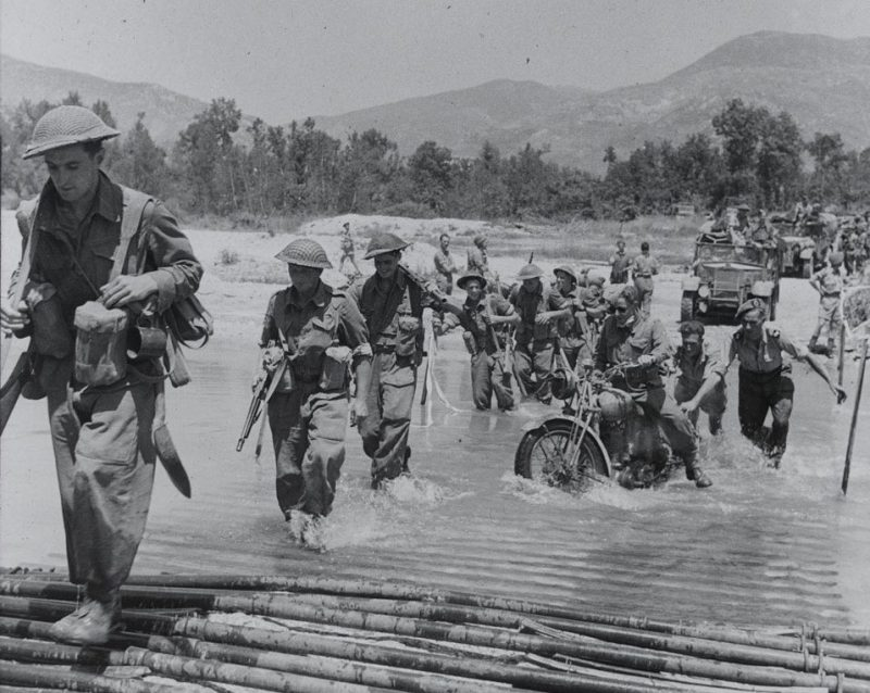 Пехота 78-й дивизии форсирует реку.