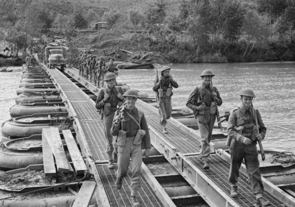 Войска пересекают понтонный мост через реку Вольтурно, 15 октября 1943 г.