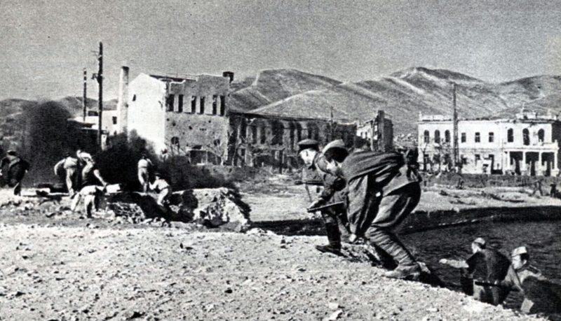 Десантники высаживаются на берег в районе клуба портовиков Новороссийска.