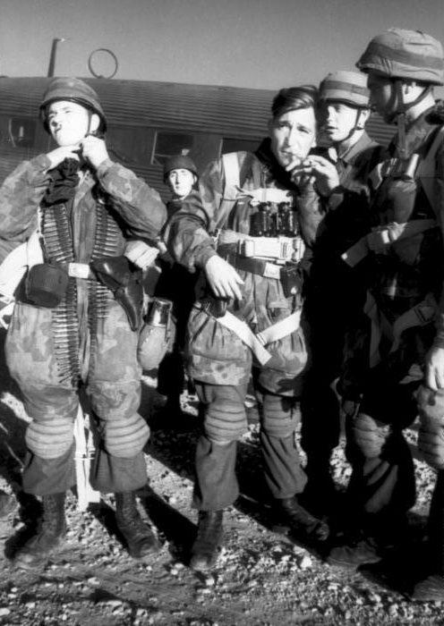 Немецкие десантники перед вылетом.