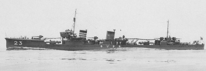 Эсминец «Mochizuki», получивший повреждения в бою.