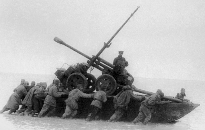 Сапёры переправляют артиллерию через Сиваш.