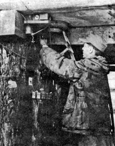 Немецкий сапёр, закладывает взрывчатку под настил автомобильного моста через Днепр.