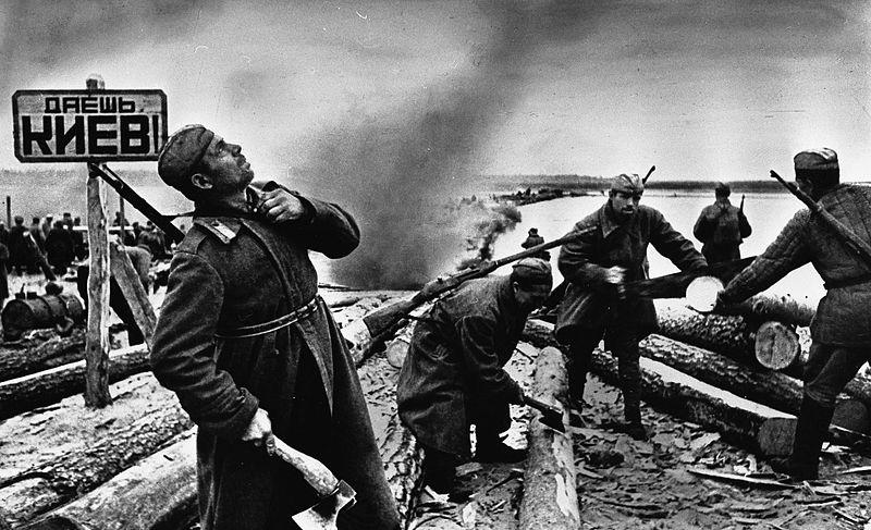 Советские саперы готовят плоты к переправе через Днепр.