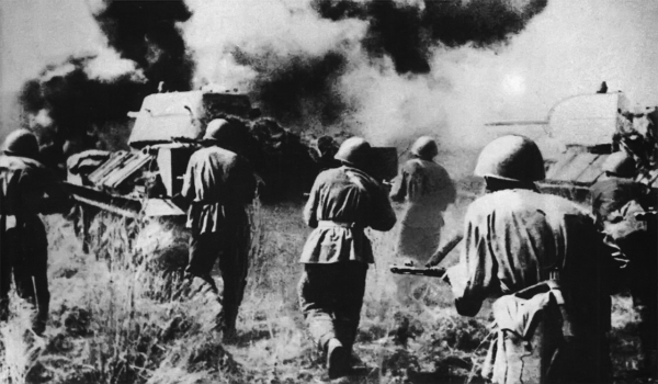 Советская пехота атакует при поддержке танков.