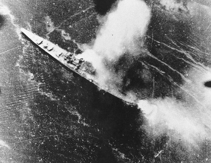 Японский крейсер «Тикума» под атакой.