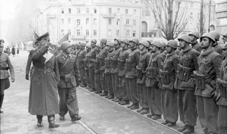 Генерал Люфтваффе Курт Мельцер осматривает войска 10-й МАС. Рим, март 1944 г.