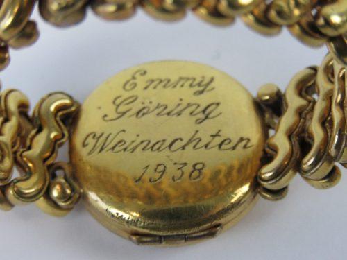 Позолоченный браслет со свастикой, принадлежащий жене Германа Геринга (Эмми Геринг), с гравировкой датированной 1938 годом.