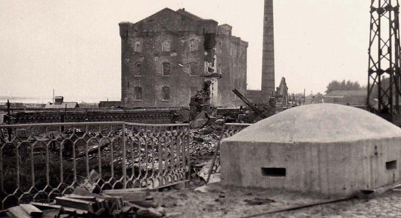 Немецкий пулеметный ДОТ, захваченный в Крюкове.
