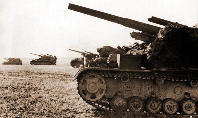 Немецкие САУ «Хуммель» на открытой огневой позиции.