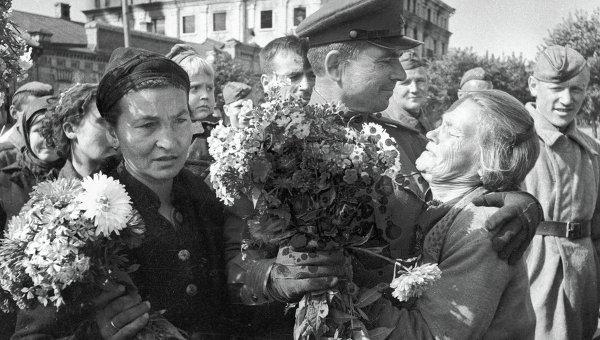 Жители Брянска встречают освободителей.