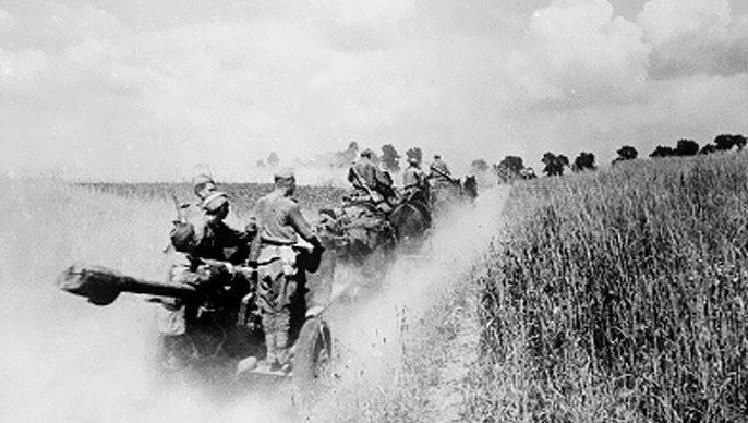 Советские артиллеристы выдвигаются на позиции.
