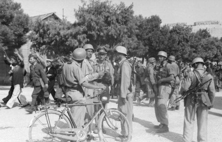 Десантники 2-й дивизии десантников с пленными итальянскими солдатами к югу от Рима.