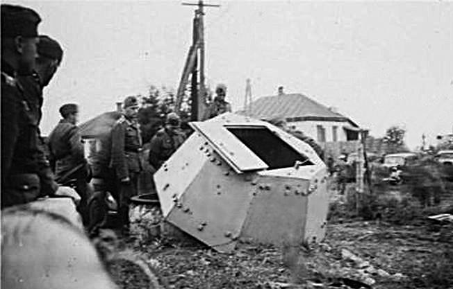 Взорванный бронеколпак обороны Крюковского моста. 9 августа 1941 г.