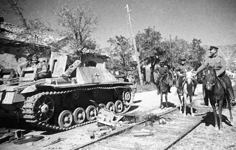 Красная Армия в освобожденном городе.