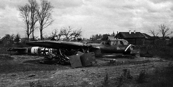 Сбитый немецкий бомбардировщик Дорнье Do.17Z у церкви Успения Пресвятой Богородицы. Июль 1941 г.