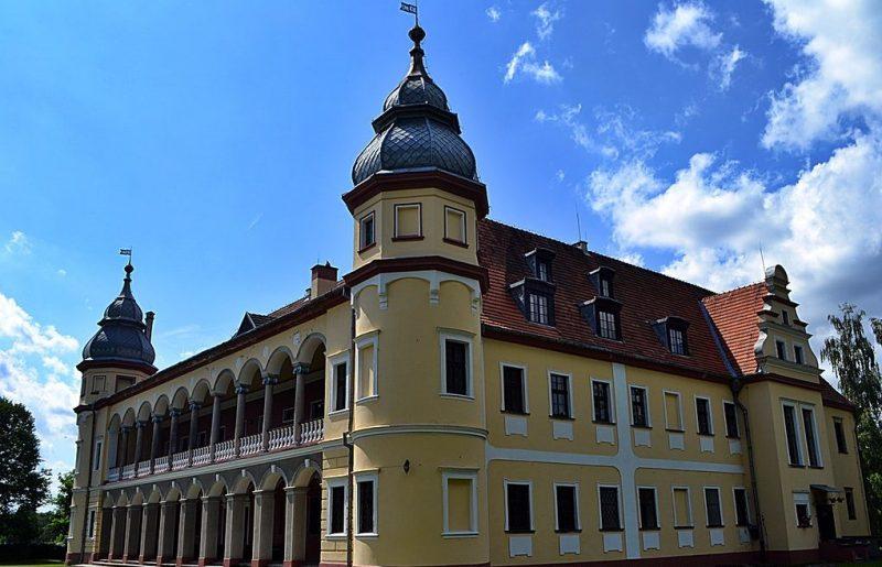 Дворец в деревне Кробеловице.