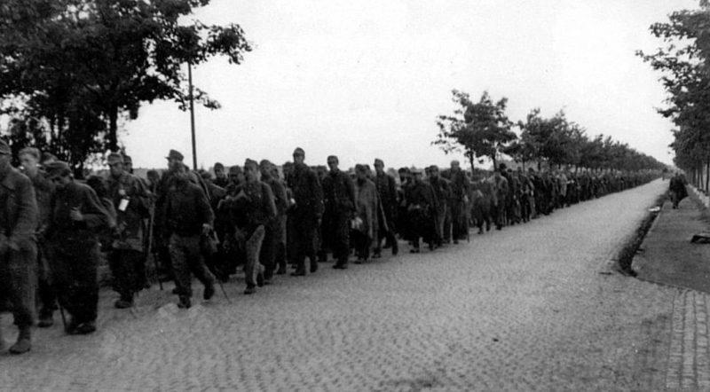 Вывод пленных из города после капитуляции. Май 1945 г.