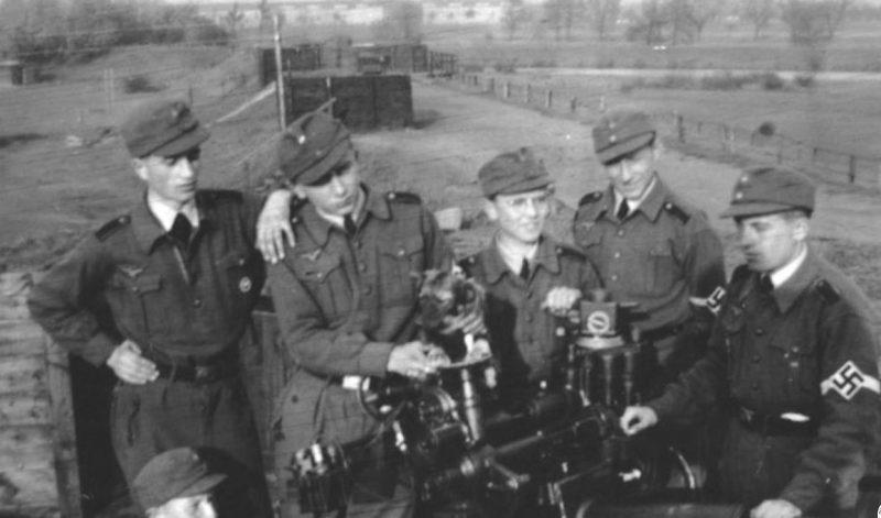 Члены Гитлерюгенд – помощники военнослужащих ПВО. 1944 г.
