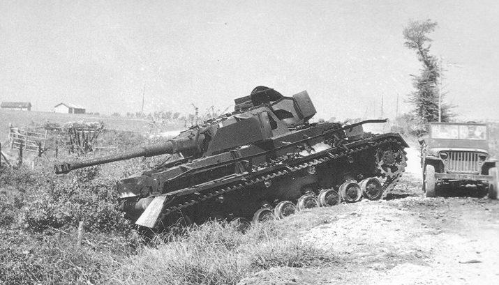 Подбитый немецкий танк в Салерно.