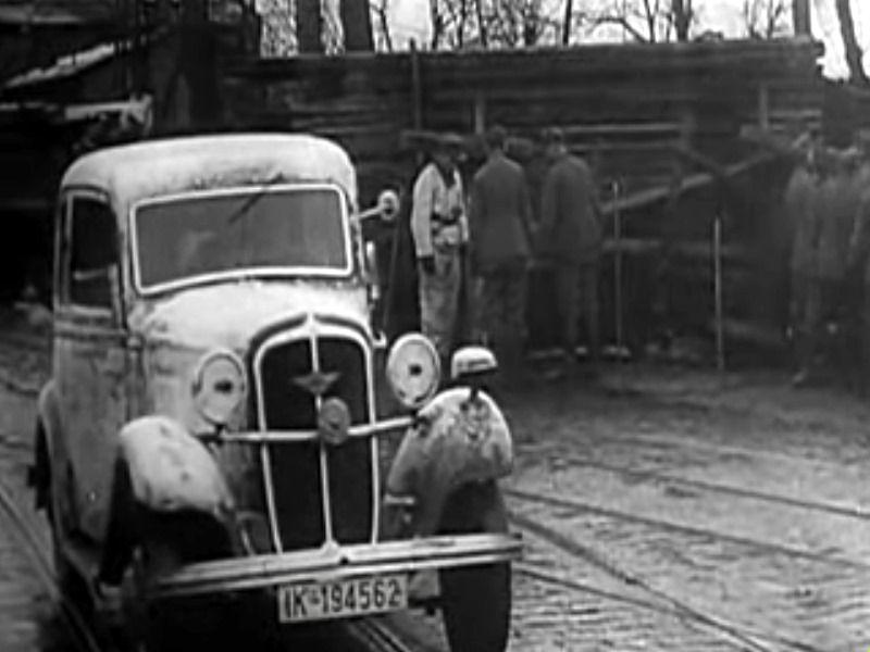 Строительство баррикады на улице города. Январь 1945 г.